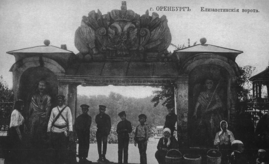 Елизаветенские ворота. Ворота были подарены городу императрицей Елизаветой Петровной в честь победы над восставшими киргизами под руководством Алаева