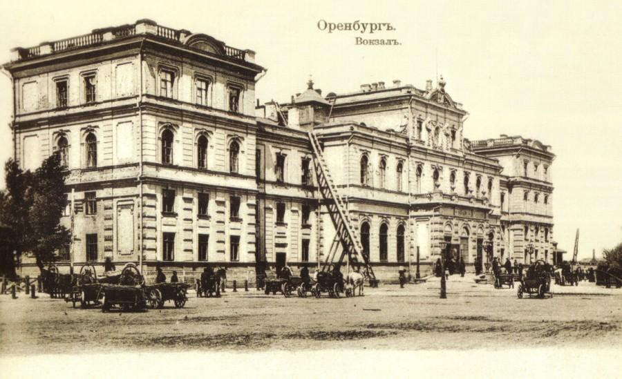 Железнодорожный вокзал (ул. Привокзальная, 1). Вокзал был открыт в 1877 году