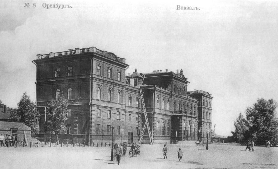 Здание железнодорожного вокзала (ул. Привокзальная, 1) было воздвигнуто в в 1876 году, когда по железнодорожной линии Самара - Оренбург пошли первые поезда.