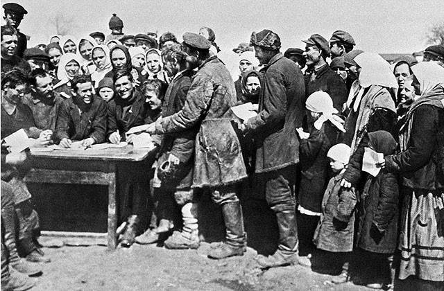 Крестьяне села Чегорошки подают заявления о вступлении в колхоз 1930 год. Репродукция Фотохроники ТАСС