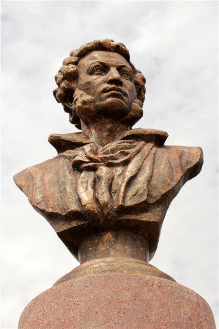 Пьедестал из розоватого камня стал цилиндрическим, на нем золотыми буквами высечена надпись: «А. С. Пушкин посетил Бёрды в 1833 г. 19 сентября (ст. стиля)»