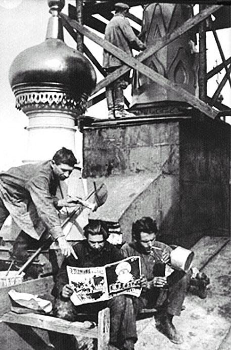 """Рабочие читают журнал """"Безбожник у станка"""" 1927 год"""