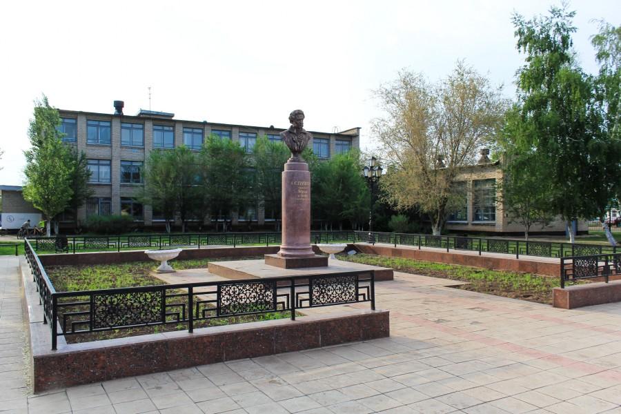 Один из старейших памятников Пушкину в городе.