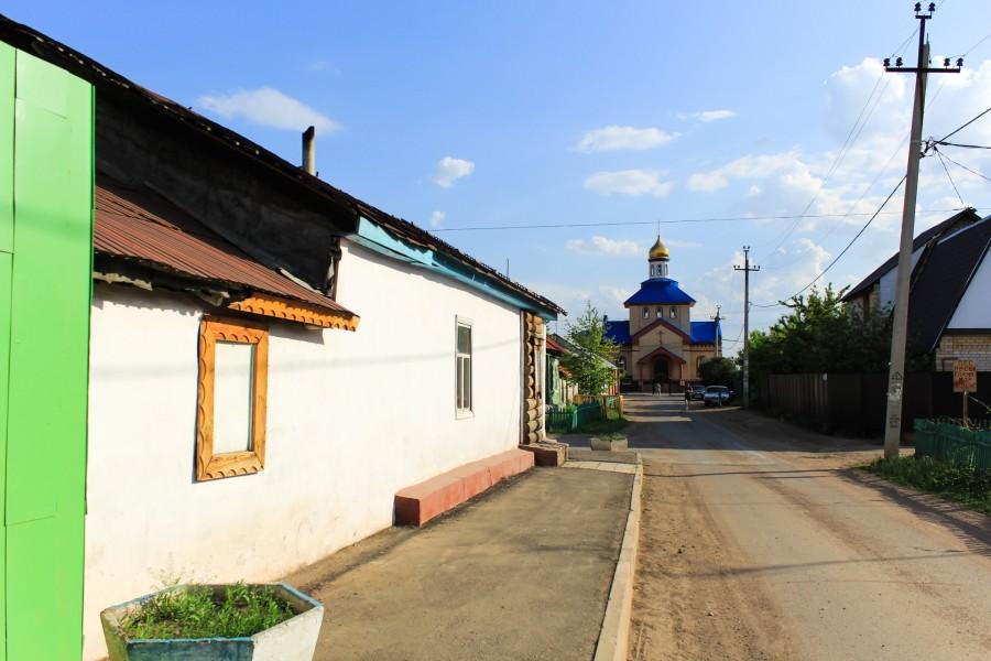 Слева дом казачки Бунтовой Ирини Афанасьевны, которая беседовала с Пушкиным.