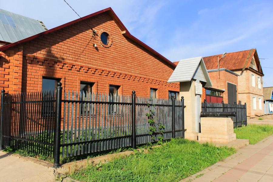 В двенадцать часов ночи стены этого дома начинают отражать лунный свет, и появляются две фигуры: Пугачева и Хлопуши