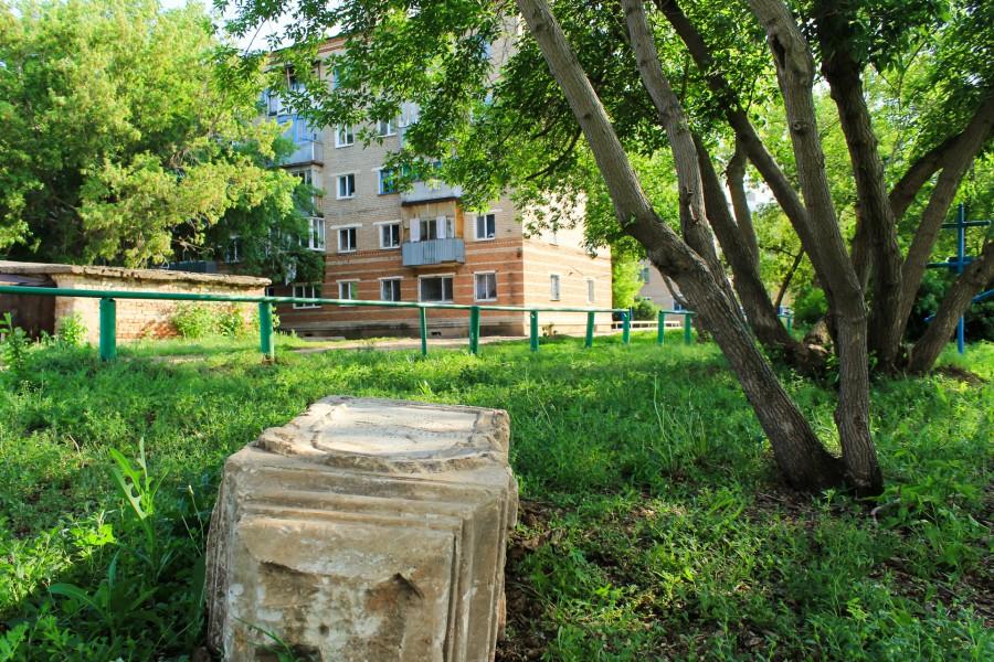 Вот такой пейзаж видят жители Бёрд каждый день. Старое кладбище вплотную примыкает к жилым домам.