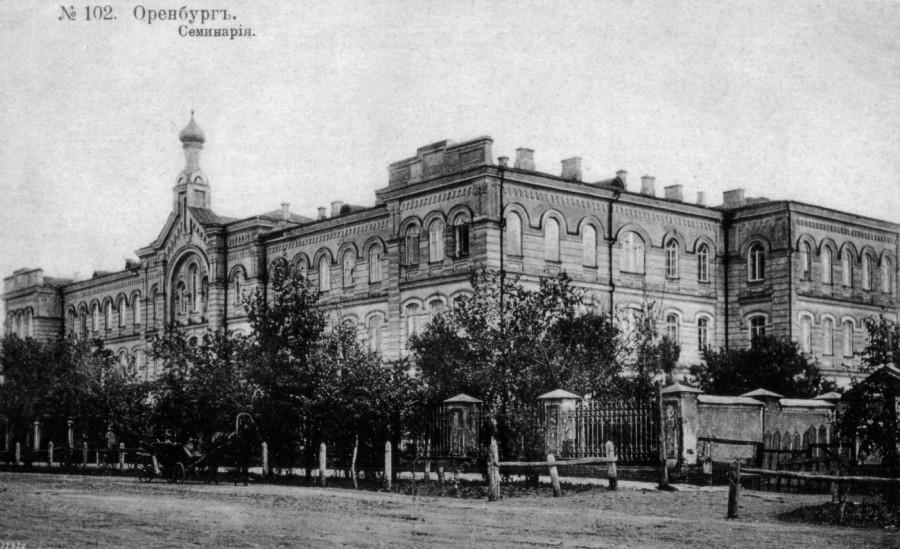 Духовная семинария (ул. Челюскинцев, 17). Открыта 26 августа 1884 года.