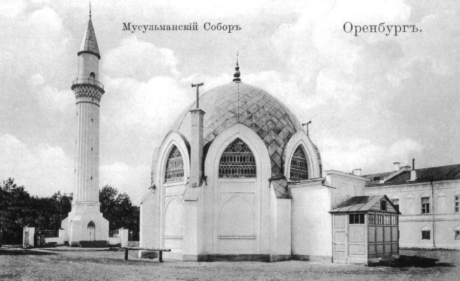 Проект Караван-Сарая был заказан Оренбургским губернатором В.А. Перовским у А.П. Брюллова, который впоследствии был утвержден императором.