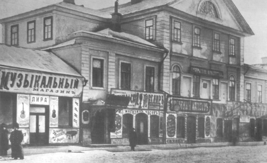 «Дом Тимашева» на Николаевской улице (ул. Советская, 32). Здание строилось для помещика Е.М. Тимашева, командовавшего Оренбургским казачьим войском.