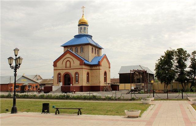 Смотрит поэт на заново отстроенную, небольшую и уютную церковь Казанской иконы Божией Матери