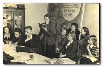 Николай Васильевич Измайлов со студентами. Фотография 1952 года.
