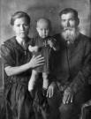 Ольга Дмитриевна Никифорова (Мельникова) с отцом Дмитрием Львовичем и дочерью Людмилой. Снимок 1943 год