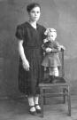 Ольга Дмитриевна Никифорова (Мельникова) с дочерью Людмилой Снимок 1943 год