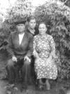 Полторыхин Федосий, Полторыхина (Мельникова) Анна и Никифорова (Мельникова) Ольга (на заднем плане). Снимок: конец 40-х годов ХХ века