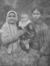 Мельникова (Волкова) Татьяна Львовна с дочерью Никифоровой (Мельниковой) Ольгой Дмитриевной и внучкой Людмилой. Снимок конца 1943 год.