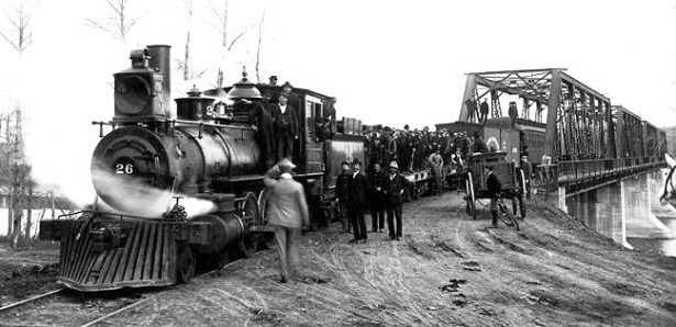 Harold A. Skaarup, Enine No. 26 on a railway bridge. (Library and Archives Canada Photo, MIKAN No. 4298014)