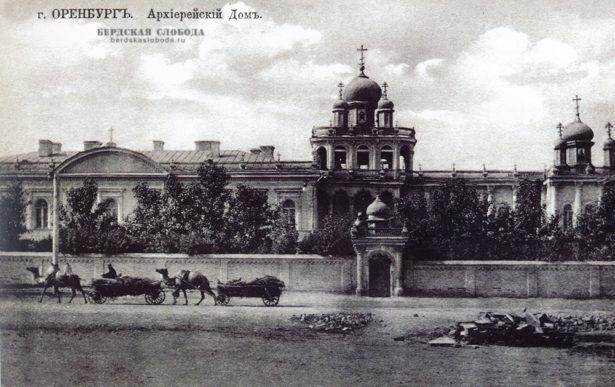 Архиерейский дом. Архитектурный комплекс Архиерейского дома находился в Старой слободке по переулку Косому, Построен по проекту инженера Шлейфера в 1868 году