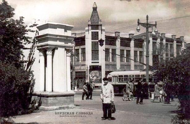 """В конце 50-х, начале 60-х годов на пересечении современных улиц Советской и Краснознаменной находилась """"доска почета"""""""