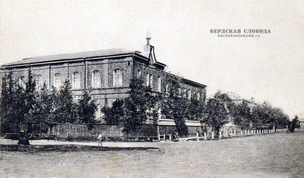 Женское епархиальное училище было открыто 3 сентября 1888 года. Автор проекта — архитектор Ф.Д. Маркелов.