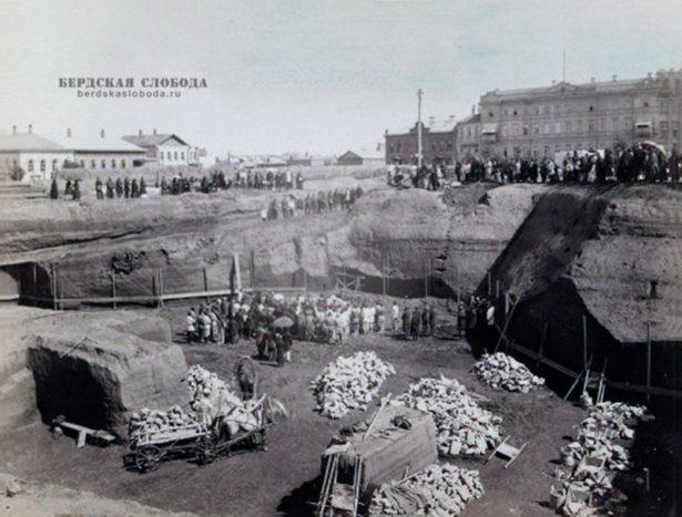 10 мая 1886 года было освящено место строительства и начаты работы по рытью котлована и закладке фундамента собора во имя Казанской (Табынской) иконы Богоматери.