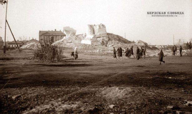 Главная святыня города Казанский кафедральный собор был варварски разрушен советской властью 19 мая 1932 года. Окончательный снос собора завершился лишь в 1936 году, когда на бывшей Соборной площади приступили к сооружению Дома Советов.