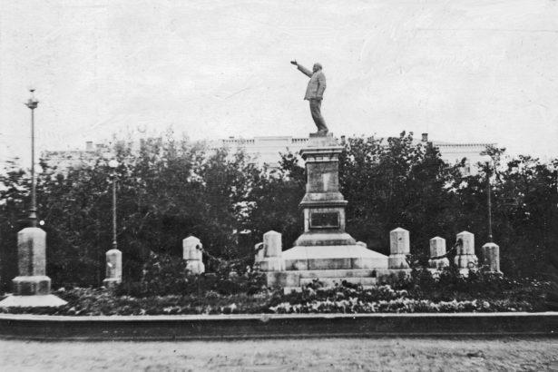 В Ленинском сквере (пересечение улиц Советской и Ленина) хорошо заметен памятник Ленину.