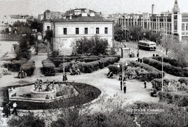 В советские годы после разрушения храма здесь долго был пустырь, а позже заложен сквер имени Полины Осипенко с фонтаном.