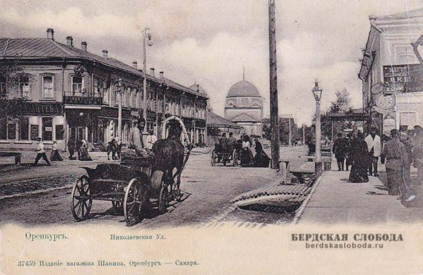 На нижнем снимке хорошо видна Петропавловская церковь, которая находилась на углу Николаевской (Советской)и Петропавловской (Краснознаменной) улиц.