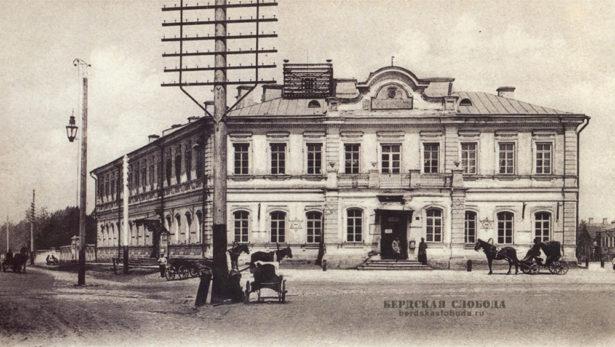 Почтово-телеграфная контора (Парковый проспект 2). В 1872 году начали строить здание для почтово-телеграфной конторы, освященное в декабре 1875 года.