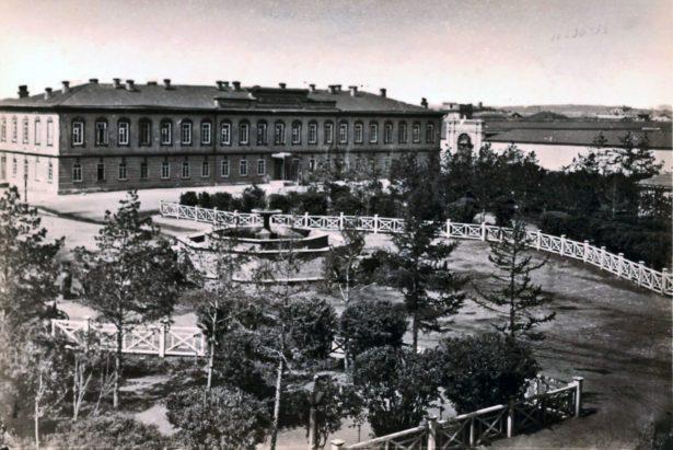 Вид на Александровский сквер с балкона ремесленного училища (в сторону Городского магистрата, позже казенной палаты). Фото К.А. Фишера