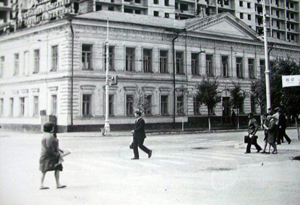 Во второй половине XX века здание 33 школы Оренбурга было снесено, и и рядом с этим местом была построена девятиэтажка.