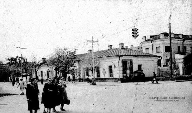 А так выглядел перекресток Советской и Володарского в 50-е годы XX века.ЗданиеОкружного суда в советские годы занимал Областной суд.