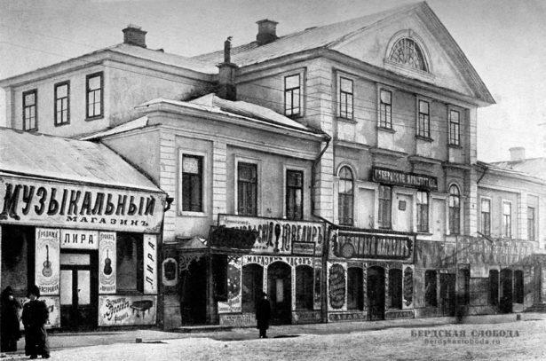 «Дом Тимашева» на Николаевской улице (ул. Советская 32). Здание строилось для помещика Е.М. Тимашева, командовавшего Оренбургским казачьим войском.