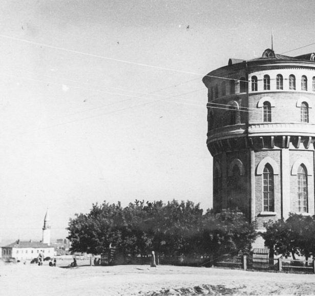 На фото показана историческая 28-метровая достопримечательность города — водонапорная башня, функционировавшая с 1927 по 1946 год, как городской источник и фильтр питьевой воды (архитектор И. В. Рянгин).