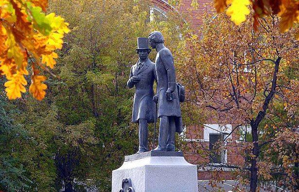 Александр Сергеевич Пушкин и Владимир Иванович Даль... Даль был почти сверстником Пушкина – всего на два года моложе.