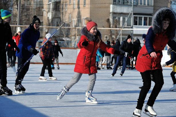 Несмотря на февральские морозы жители поселка Берды стали участниками спортивных праздников, организованных на стадионе «Нефтяник».
