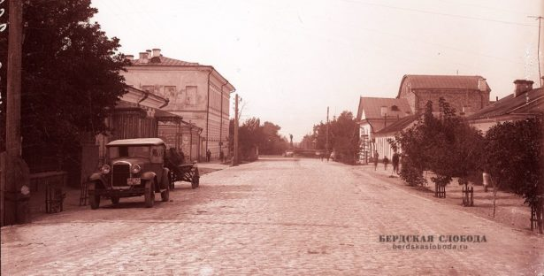 Ленинская улица. В перспективе - силуэт Ленина, установленный в сквере его имени. 1930-е годы. Из фотофонда ГАОО.
