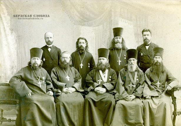 Петр Данилович Райский сидит второй справа, Григорий Дмитриевич Добросмыслов стоит второй слева (дирижер, брат жены Анны Дмитриевны)