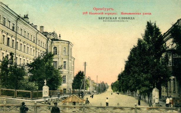 Здание 2-го Кадетского корпуса в плане напоминает гигантскую букву «Н» и состоит из восточного (по улице Советской), центрального и западного многоэтажных корпусов.