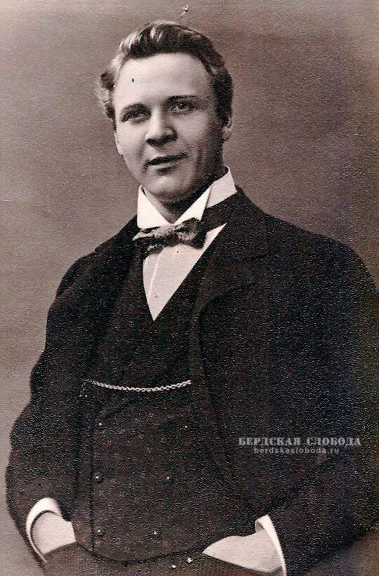 Федор Иванович Шаляпин в 18-ти летнем возрасте устроился хористом в малороссийскую труппу Деркача, в составе которой в 1891 года был на гастролях в Оренбурге.