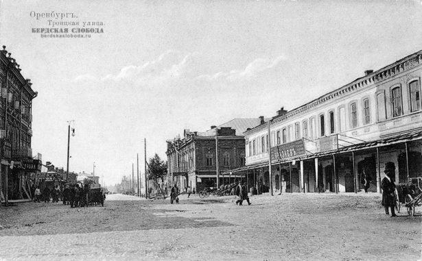 Троицкая улица (ул. Кобозева). С момента постройки города в XVIII веке получила название Воскресенской.