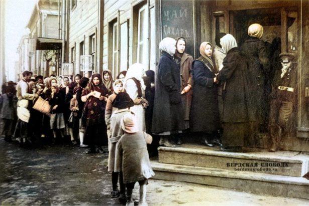 Спровоцированные очереди за хлебом - предвестники народных волнений.. Фото: Из архивов РГАФКД г. Красногорск