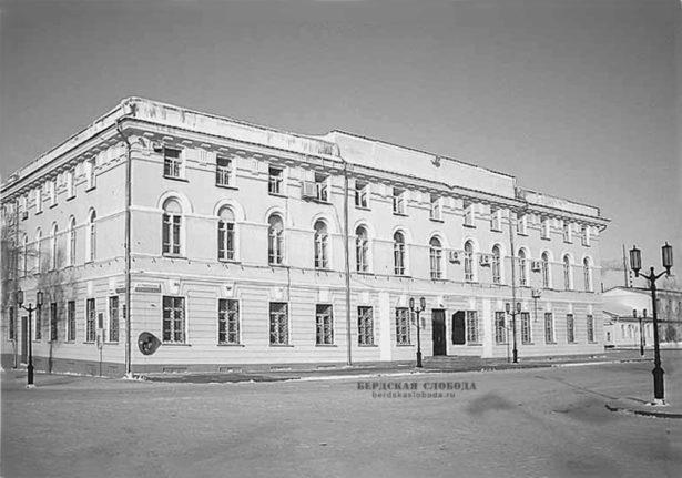 Бывший дом военного губернатора на набережной Урала (ул. Советская, 2)