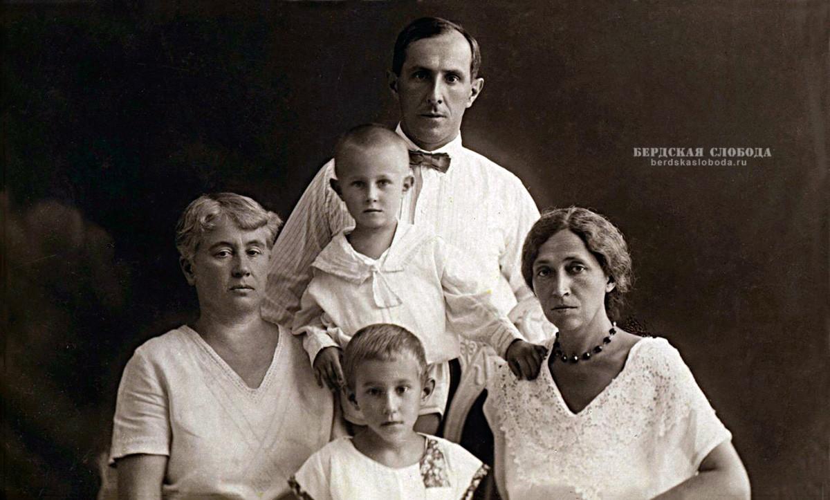 Елене Адольфовне Лонткевич, Леопольд Ростропович и Софья Федотова с сыном Мстиславом и дочерью Вероникой