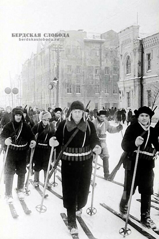 """Елагин В. """"Бойцы-лыжники Всевобуча на параде в г. Чкалове"""", 1942 год. Российский государственный архив кинофотодокументов."""