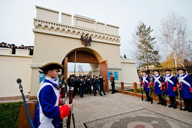 В Оренбурге появился новый арт-объект — реконструкция Орских ворот города-крепости, воссозданных на территории Оренбургского президентского кадетского училища