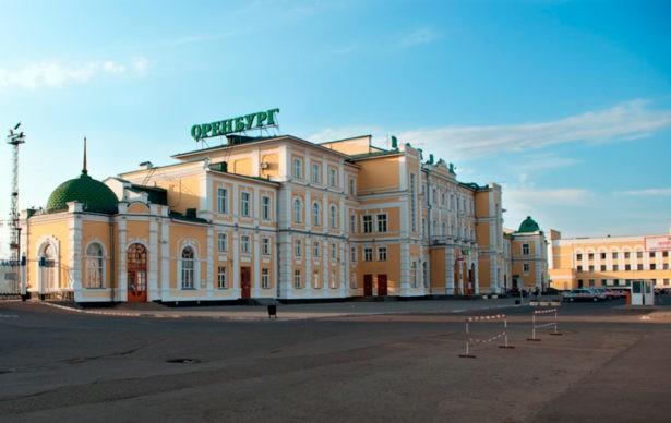 А вот так выглядит оригинальный снимок оренбургского железнодорожного вокзала
