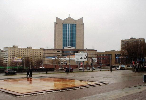 Оригинальный вид здания ТНК в Оренбурге