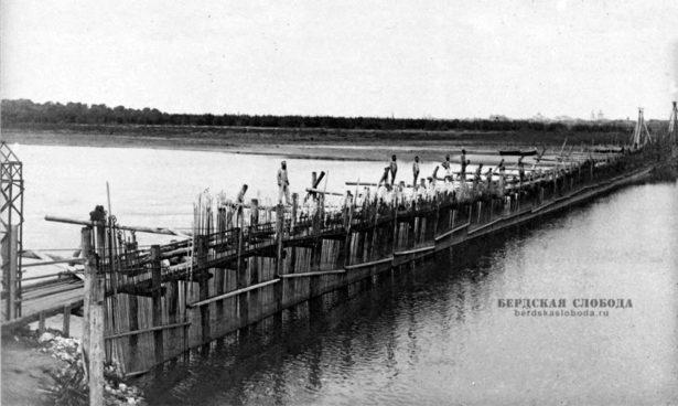 Река Урал перекрыта забором из бревен и жердей, в котором оставались небольшие проемы для проходы рыбы.