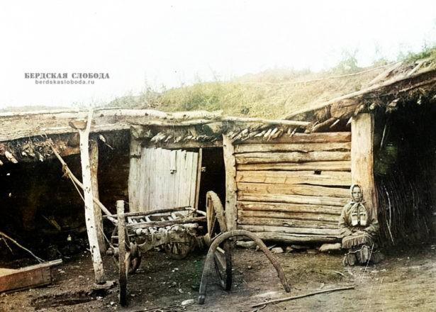 Крестьянка в своем дворе. Фото этнографа Михаила Круковского, сделанное в 1908 году во время экспедиции по Оренбургской и Уфимской губерниям.